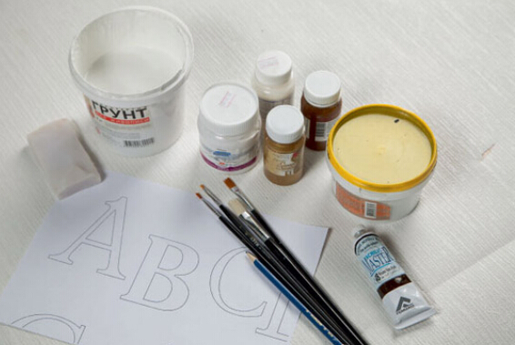 丙烯颜料作为近年来比较受欢迎的一种新型绘画颜料,在使用丙烯颜料的时候,首先都得对它进行稀释,那丙烯颜料用什么稀释呢?目前人们稀释丙烯颜料主要用的是两种,水和丙烯调和液,它们有什么区别呢?下文给大家详细的说下。  丙烯颜料用水稀释 丙烯颜料是用一种化学合成胶乳剂(含丙烯酸酯、甲基丙烯酸酯、丙烯酸、甲基丙烯酸,以及增稠剂、填充剂等)与颜色微粒混合而成的颜料,可以用水稀释,只要适量就行,比较方便。丙烯颜料用水稀释后画出的比较哑光,但用水稀释丙烯颜料有一个比较大的问题是,很难固色,如果用过多的水量来稀释丙烯颜料时